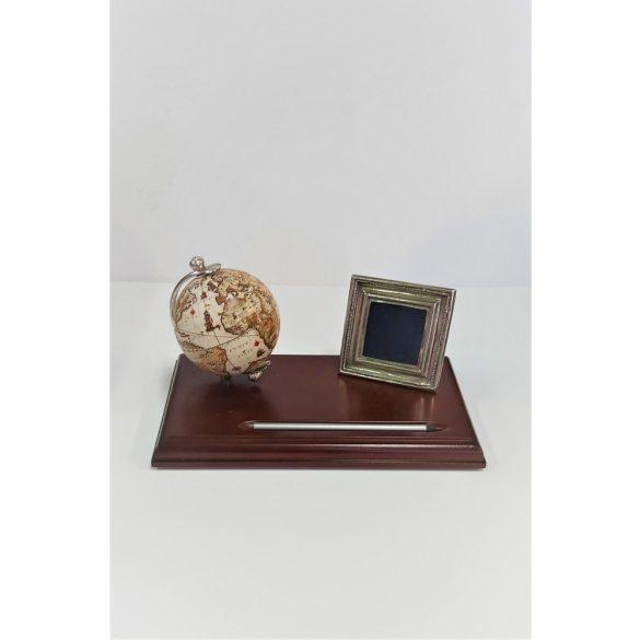 Elegáns asztaldísz földgömbbel és fényképtartóval fa alapon